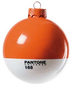 Коледни играчки с цветове по Pantone