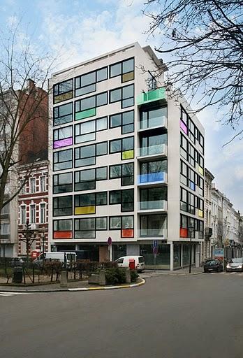 цветни филми въху стъклата на фасадата