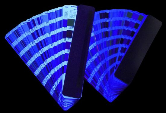 Какво влияние оказват избелителите в хартията при измерването на цветовете