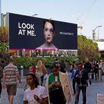 Билборд позволява на хората да излекуват синините на жена като я гледат
